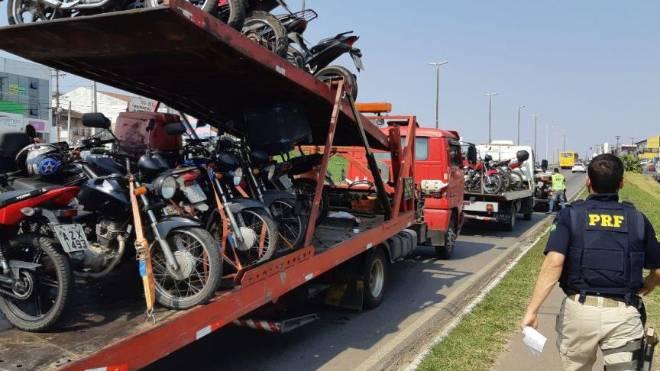 Motos recolhidas em Colombo lotaram dois caminhões-guincho.