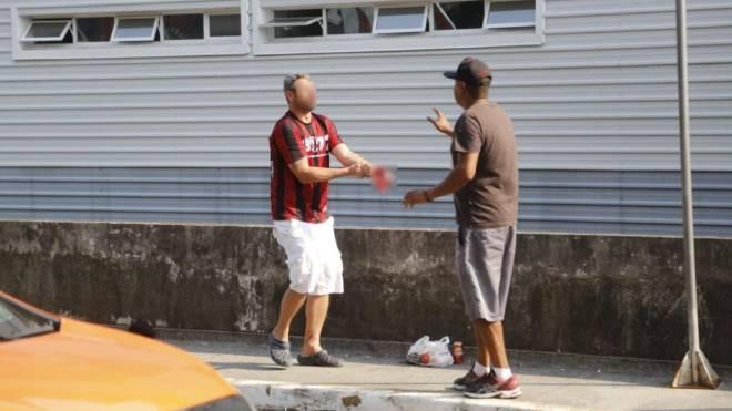 Torcedor pede socorro logo após ter a mão decepada por rojão no embarque do Athletico no aeroporto.