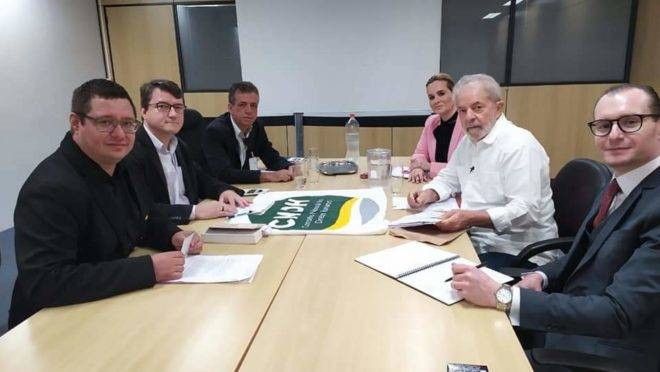 Membros do Conselho Nacional de Direitos Humanos ouviram Lula, nesta terça (17). Da esquerda para direita, os conselheiros Leonardo Pinho, Leandro Scalabrin (relator) e Ismael José Cesar e os advogados Valeska Martins e Cristiano Zanin.