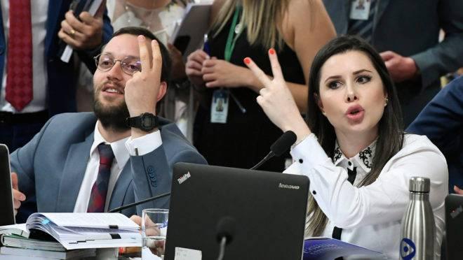 Deputados Filipe Barros (PSL-PR) e Caroline de Toni (PSL-SC) protestam durante sessão da CPMI das Fake News.