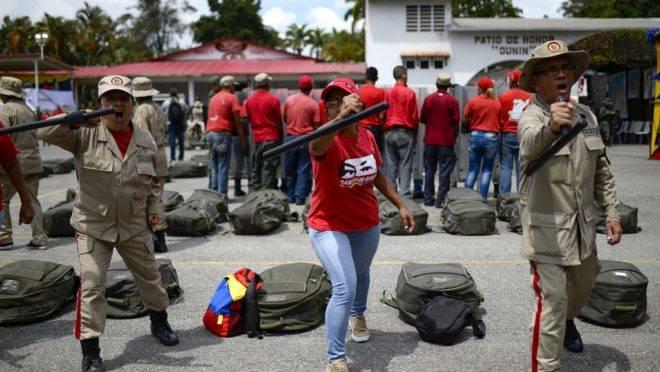 Civil e membros da Milícia Nacional Bolivariana participam de exercícios militares para ativar a defesa integral de entidades do estado de Miranda, na Operação na Operação Soberania e Paz 2019, na Escola da Guarda Nacional Ramo Verde, em Caracas, Venezuela, 16 de setembro de 2019