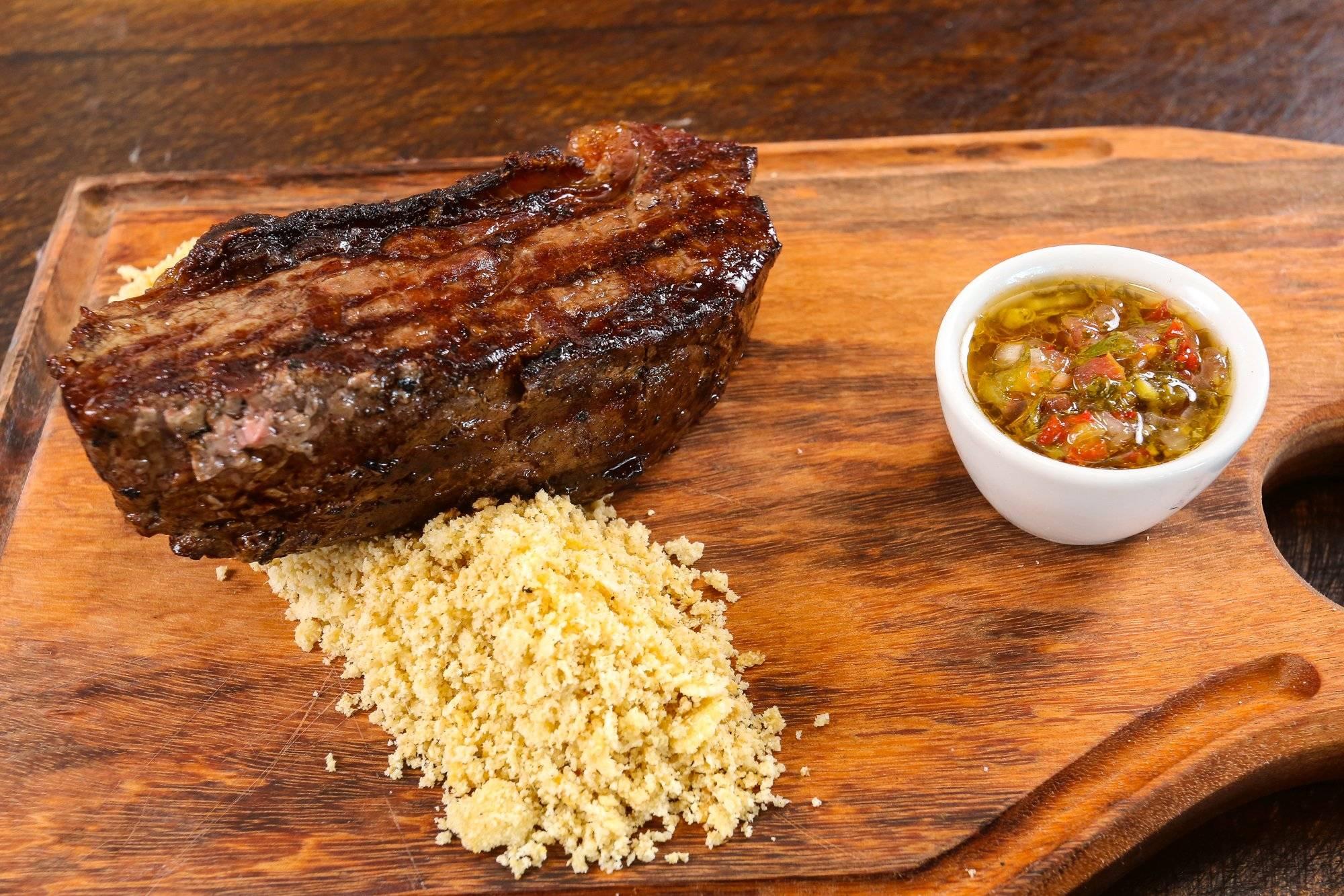 Bife de chorizo, o macio corte do contrafilé ao jeito de uruguaios e argentinos.