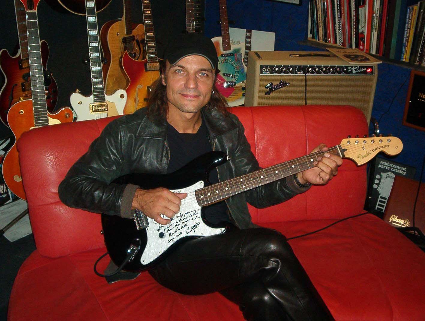 O guitarrista Matthias Jabs em seu estúdio.