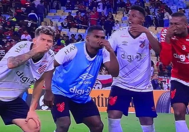 Jogadores do Arthletico provocam após eliminar o Flamengo. Reprodução Globo