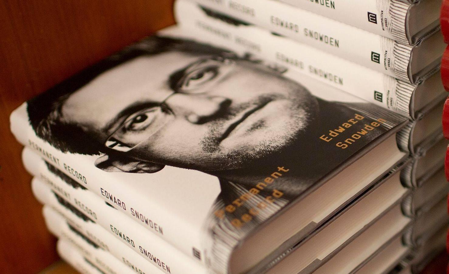 Versão em inglês da autobiografia de Snowden.