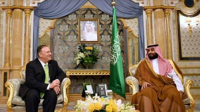 O secretário de Estado dos EUA, Mike Pompeo (esq.) participa de reunião com o príncipe saudita Mohammed bin Salman em Jeddah, na Arábia Saudita, 18 de setembro de 2019