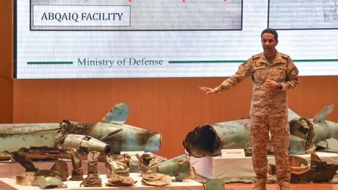 O porta-voz do Ministério da Defesa saudita, Coronel Turki bin Saleh al-Malki, exibe pedaços do que ele afirmou serem mísseis de cruzeiro e drones usados nos ataques, em Riade, 18 de setembro de 2019