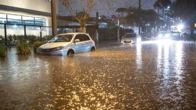 A forte chuva também causou alagamentos em alguns bairros de Curitiba