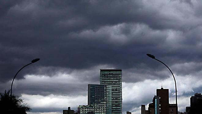 Tempo segue fechado com possibilidade de chuvas para o fim de semana
