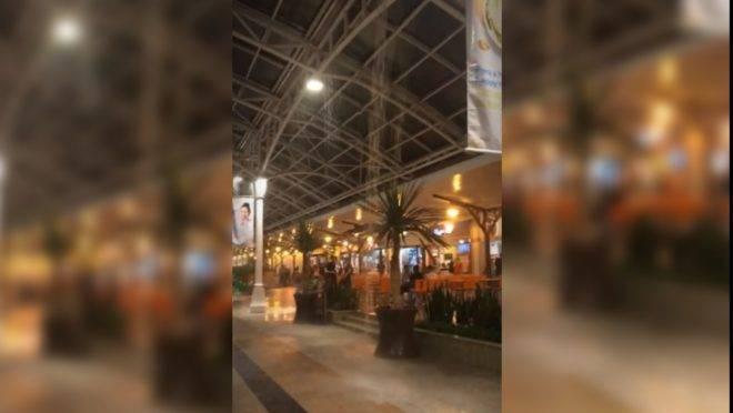 Água invadiu praça de alimentação de shopping na região central de Curitiba