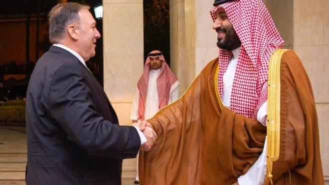 O secretário de Estado dos EUA, Mike Pompeo (esq), e o príncipe da coroa saudita, Mohammed bin Salman, em Jeddah, Arábia Saudita, 18 de setembro de 2019