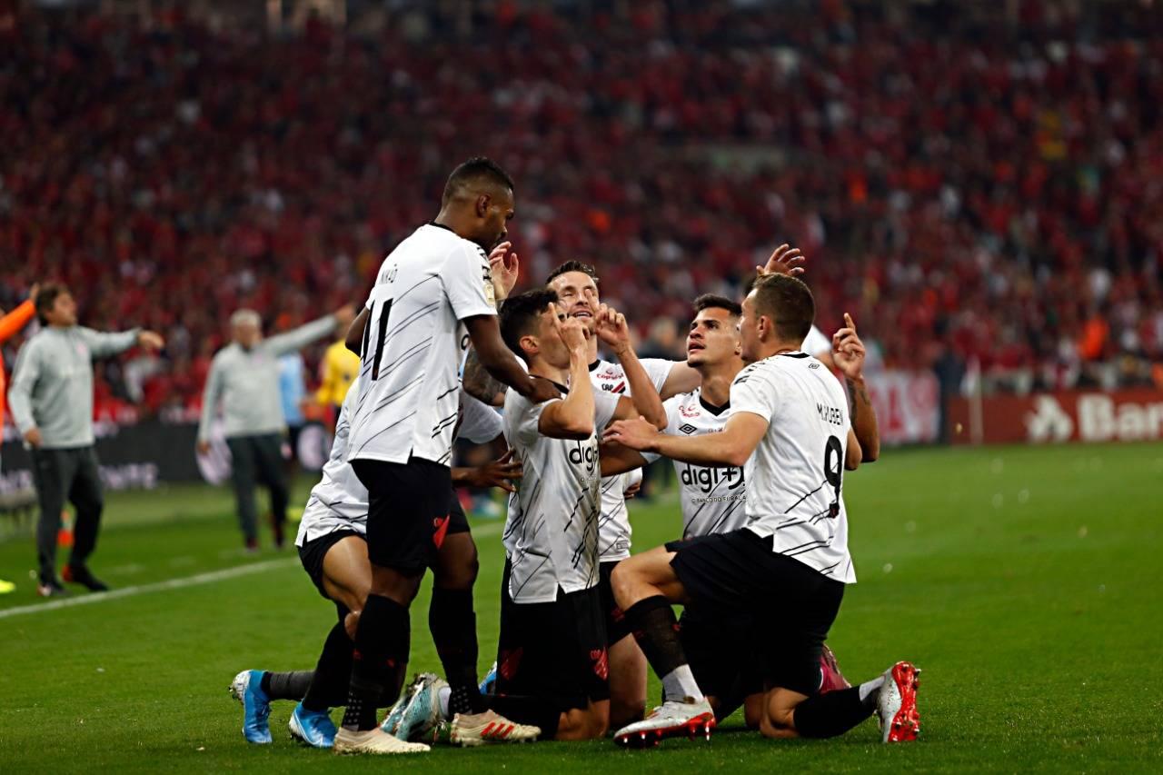 Comemoração do gol marcado por Léo Cittadini