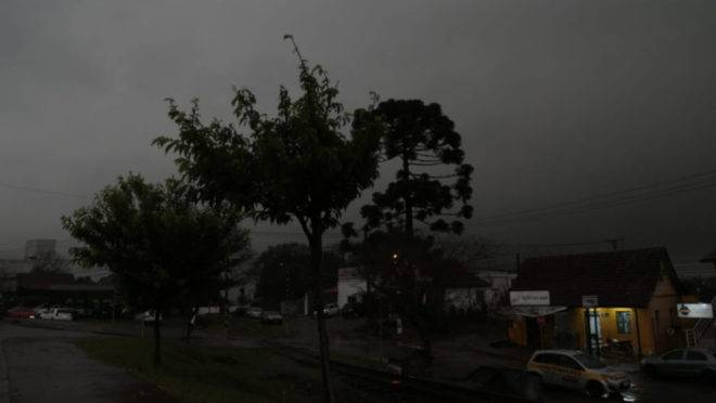 Bairro Barreirinha completamente escuro na manhã desta quinta.