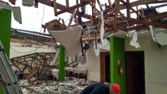 Ventos arrancam telhado de churrascaria, que ficou completamente destruída em Colombo
