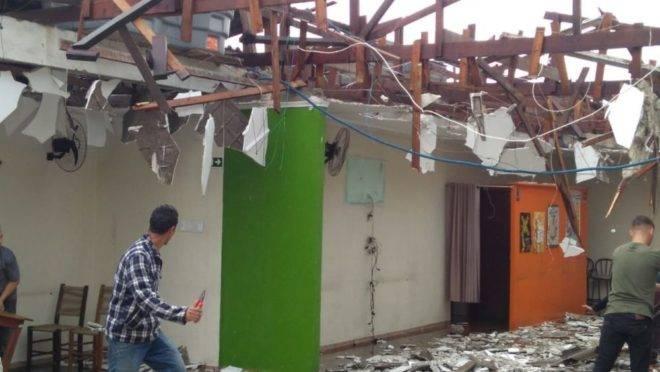 Em Colombo, uma churrascaria foi completamente destruída pela força da chuva