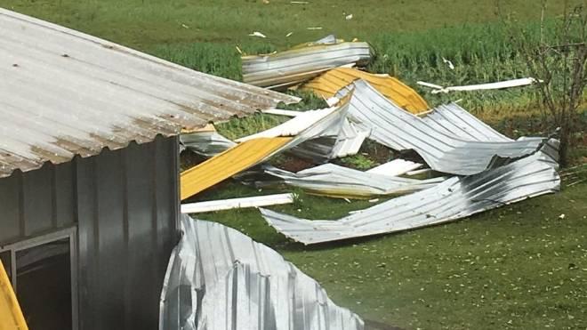 Telhado da Escola São José, em São José dos Pinhais, destruído pela chuva de granizo de quarta-feira.