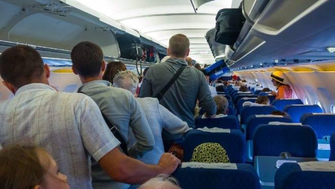 Existem algumas regras de etiqueta e segurança para desembarcar de um avião: ficar em pé antes das portas se abrirem definitivamente não é uma delas.