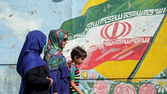 Mural com a bandeira do Irã na capital Teerã, 19 de setembro de 2019. O ministro das Relações Exteriores iraniano, Javad Zarif, acusou os adversários do Irã de provocar guerra