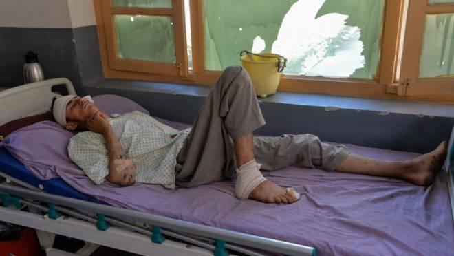 Ferido recebe tratamento em um hospital após ataque de drone que deixou ao menos 30 civis mortos na província de Nangarhar, Afeganistão, 19 de setembro de 2019