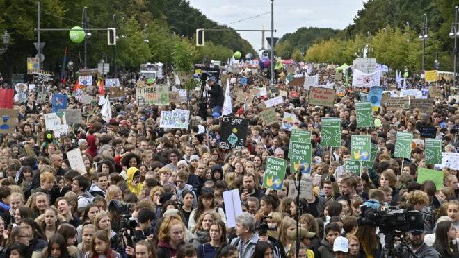 Estudantes marcham pelo meio ambiente no Portão de Brandenburgo, em Berlim, na Alemanha