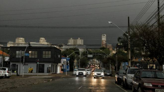 Tempo escuro em Curitiba quinta-feira: previsão é de que cenário se repita nesta sexta.