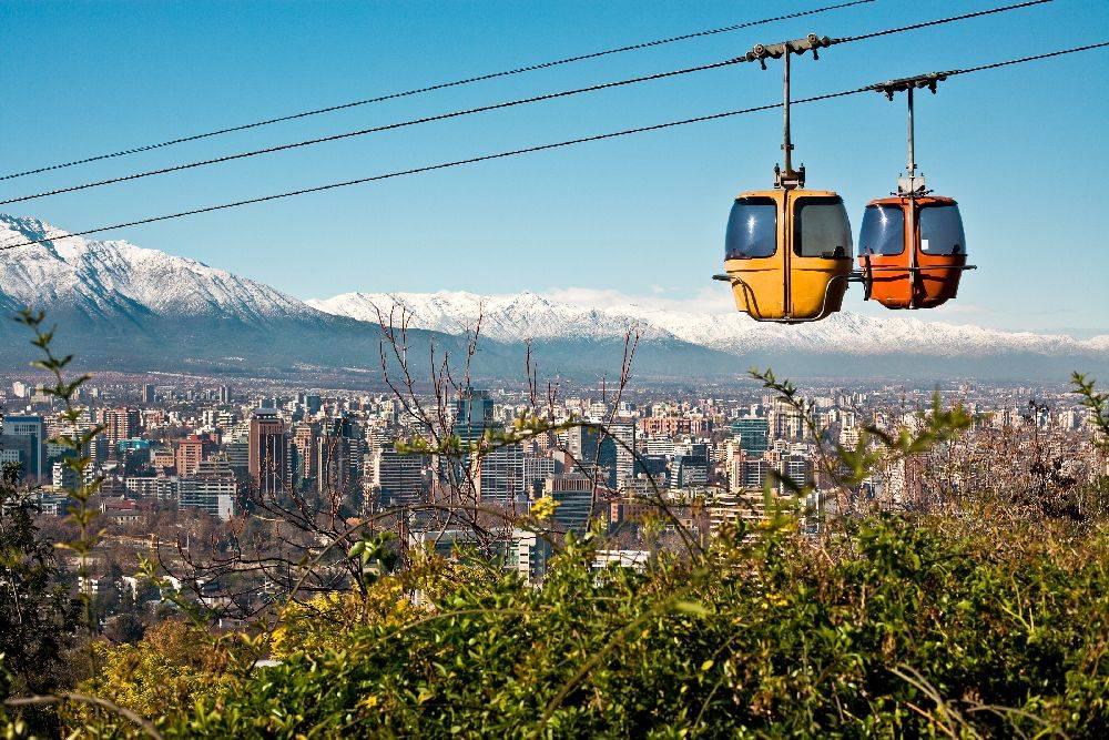 Cerro San Cristóbal , em Santiago: com a concorrência e preços baixos, a capital chilena deve receber mais turistas brasileiros. Foto: Bigstock