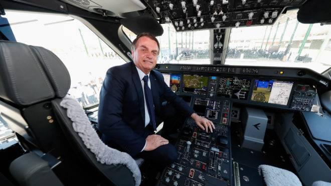 Bolsonaro na cabine de avião.