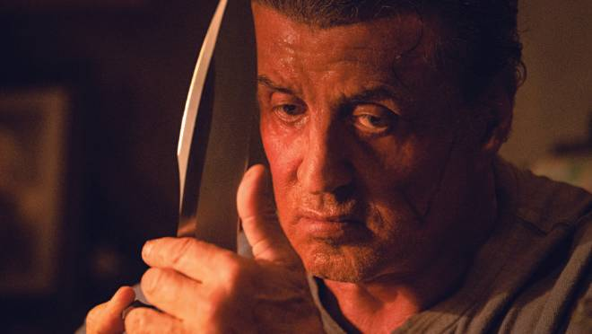 No filme mais recente da franquia, Stallone interpreta um Rambo patriótico e disposto a tudo para salvar a sobrinha, sequestrada por uma gangue de mexicanos