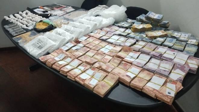 Drogas e dinheiro apreendido durante a operação do Cope.