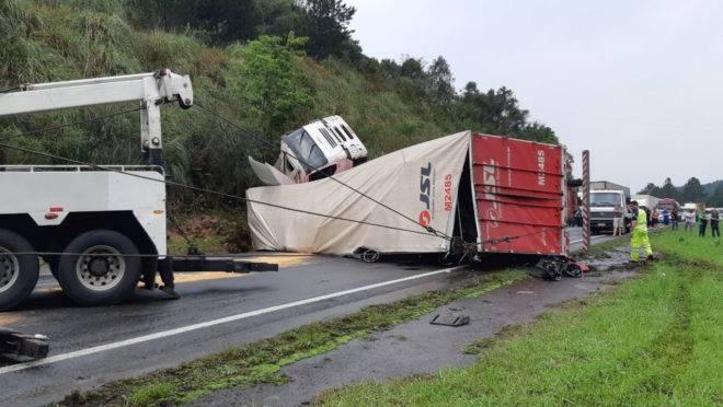 Carreta tombada interdita parcialmente BR-116, na altura do km 51, em Campina Grande do Sul.