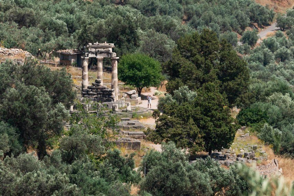 As colunas quebradas dos antes poderosos altares: uma viagem no tempo.  Foto: Maria Mavropoulou/The New York Times.