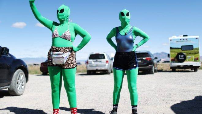 Mulheres vestidas como alienígenas no Alienstock, 20 de setembro