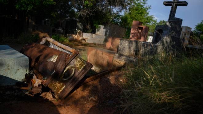 Caixão aberto por ladrões no cemitério Sagrado Corazón de Jesus na Venezuela