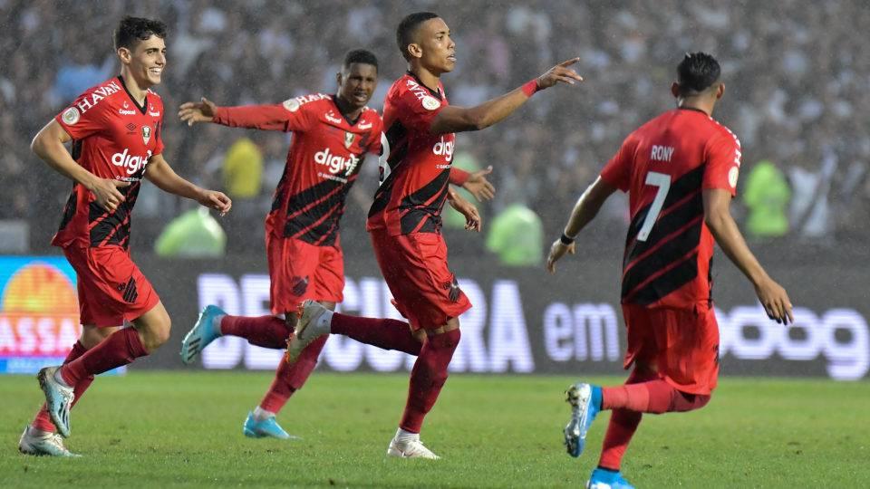 Furacão comemora empate 'de ressaca' e sem treinar contra o Vasco