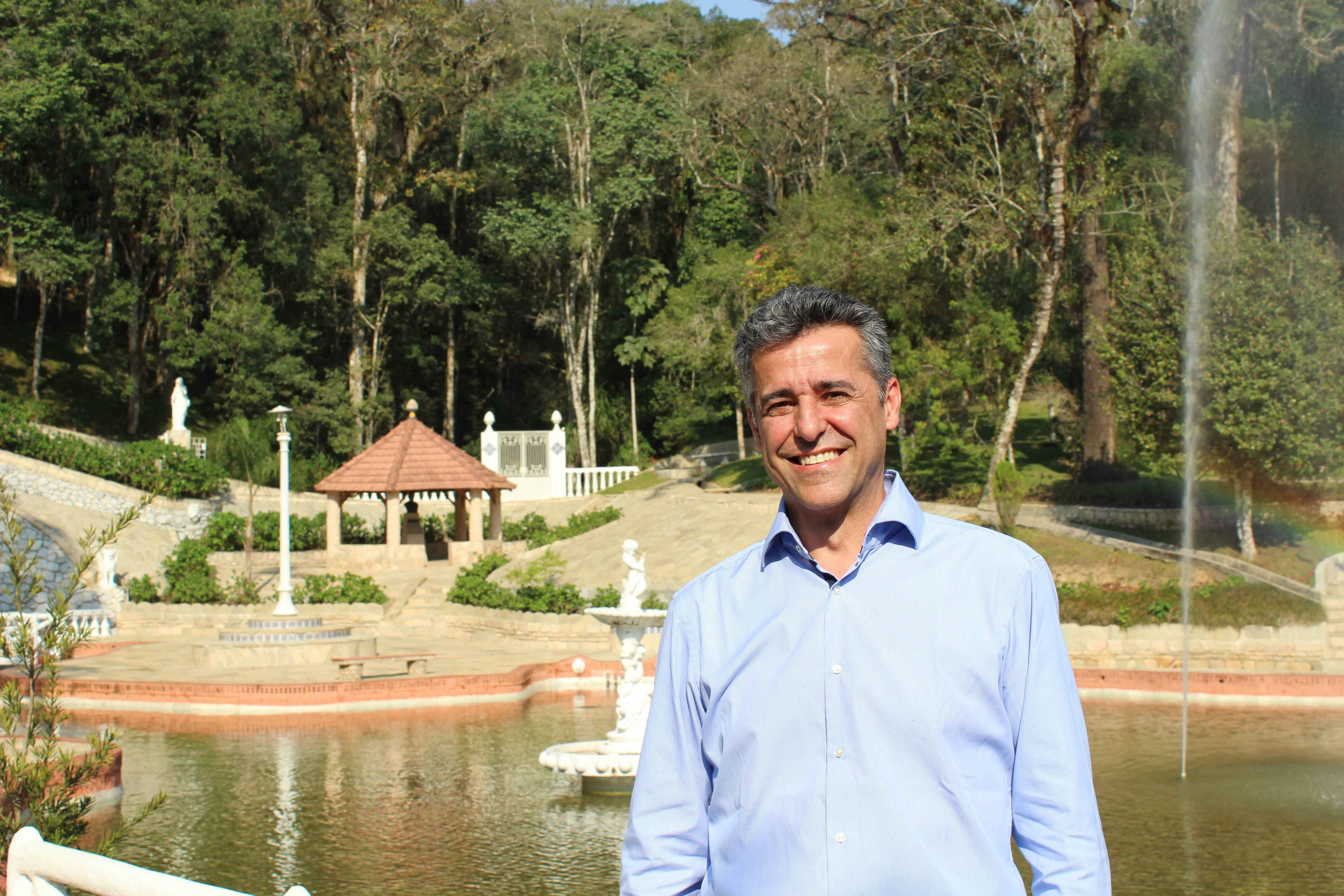 O diretor executivo Marcelo Marques posa em frente a estância mineral Ouro Fino.