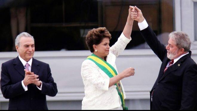 Dilma Rousseff recebe a faixa de presidente de Lula, ao lado do vice, Michel Temer