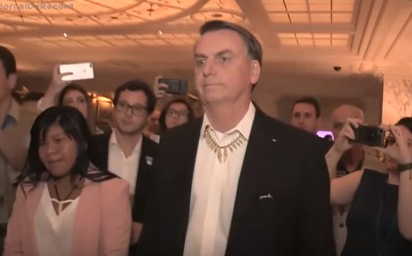 Presidente Jair Bolsonaro aparece ao lado de Ysani Kalapalo em Nova York