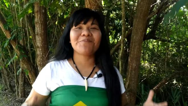 A indígena em um de seus vídeos.