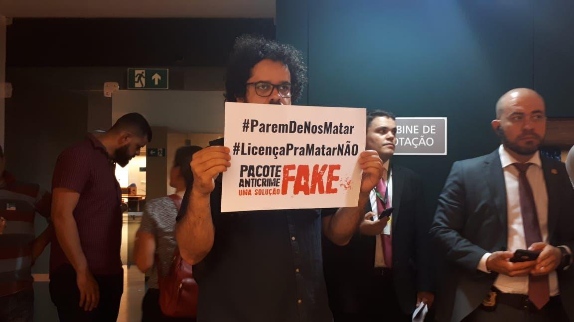 Manifestantes protestam contra o excludente de ilicitude previsto no pacote anticrime do ministro Sergio Moro. Foto: Kelli Kadanus / Gazeta do Povo