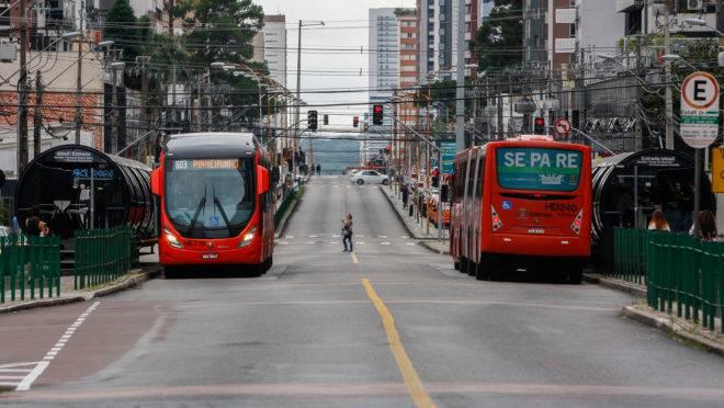 Ônibus biarticulado Ligeirão, do transporte coletivo, na canaleta da Avenida Sete de Setembro.