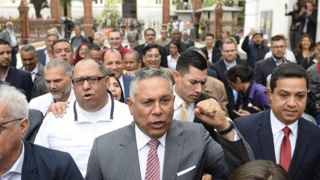 Deputado pró-Maduro Pedro Carreno (centro) chega para sessão na Assembleia Nacional, Caracas, 24 de setembro de 2019