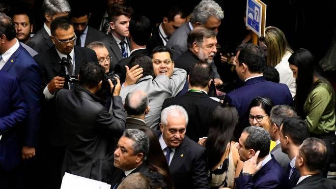 Presidente do Congresso, Davi Alcolumbre (DEM-AP), foi cumprimentado por parlamentares antes, durante de pois da sessão que derrubou vetos de Bolsonaro.