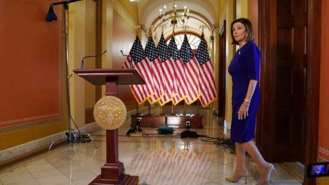 A presidente da Câmara dos Representantes dos EUA, democrata Nancy Pelosi, antes de fazer anúncio sobre o processo de impeachment do presidente Trump, no Congresso, Washington, 24 de setembro de 2019