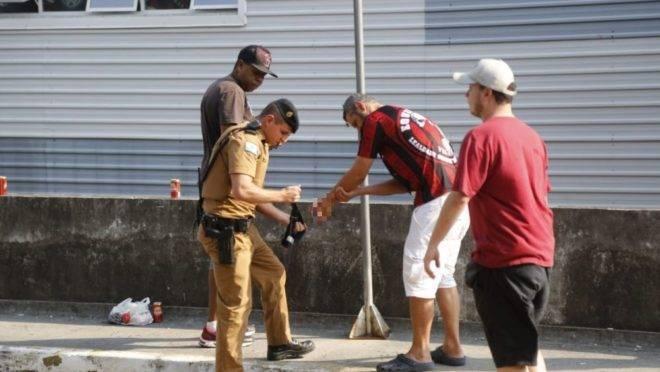 Policial Diego Feltrin presta o primeiro socorro a Weslleyy Ponte com um torniquete para estancar a hemorragia.