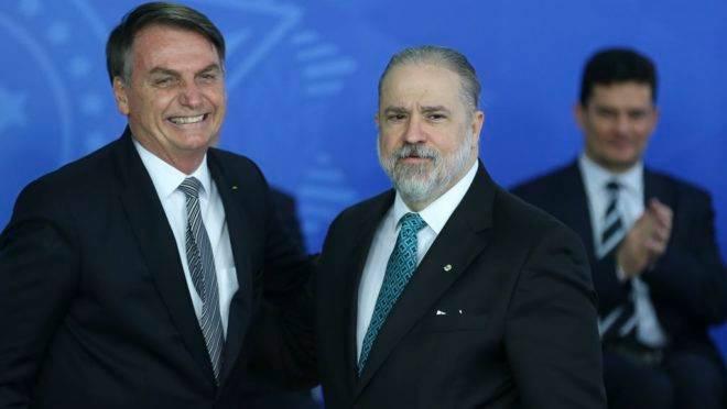 O presidente Jair Bolsonaro dá posse ao novo procurador-geral da República, Augusto Aras, no Palácio do Planalto.