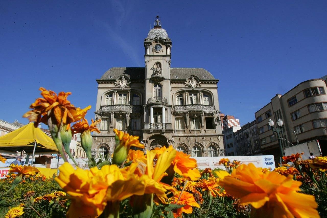 O Mercado das Flores fica na Praça Generoso Marques.