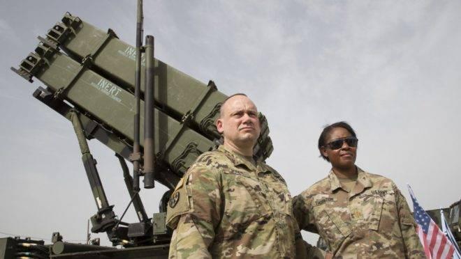 Militares dos EUA em frente a um sistema de defesa de mísseis em exercício conjunto com o exército de Israel em 8 de março de 2018