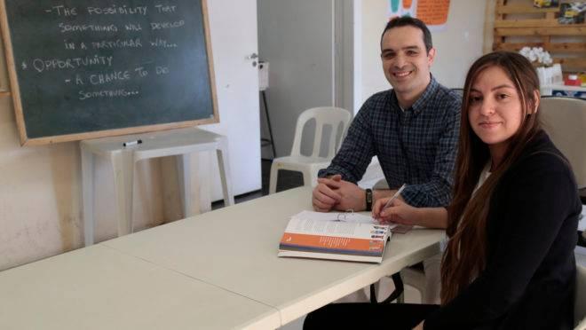 Mayara Sanches aprendeu inglês em um ano e meio em projeto social comandado por professor Rodrigo Rodrigues
