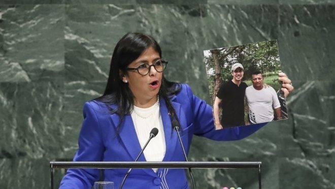 A vice-presidente do regime do ditador venezuelano Nicolás Maduro mostra fotografia do líder oposicionista Juan Guaidó ao lado de suposto membro do grupo paramilitar Los Rastrojos, em discurso na Assembleia Geral da ONU, 27 de setembro de 2019