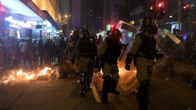Polícia usou gás lacrimogênio nos protestos de 2019 em Hong Kong.